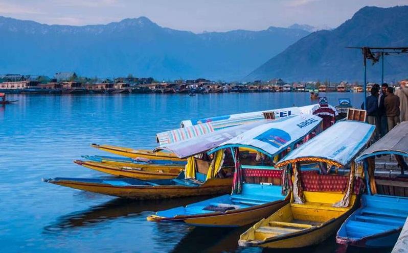 Critical Differences Between Houseboats and Shikara Rides