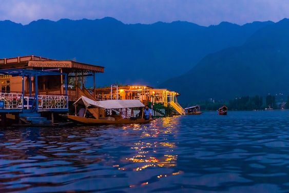 How to Book a Houseboat in Kashmir?