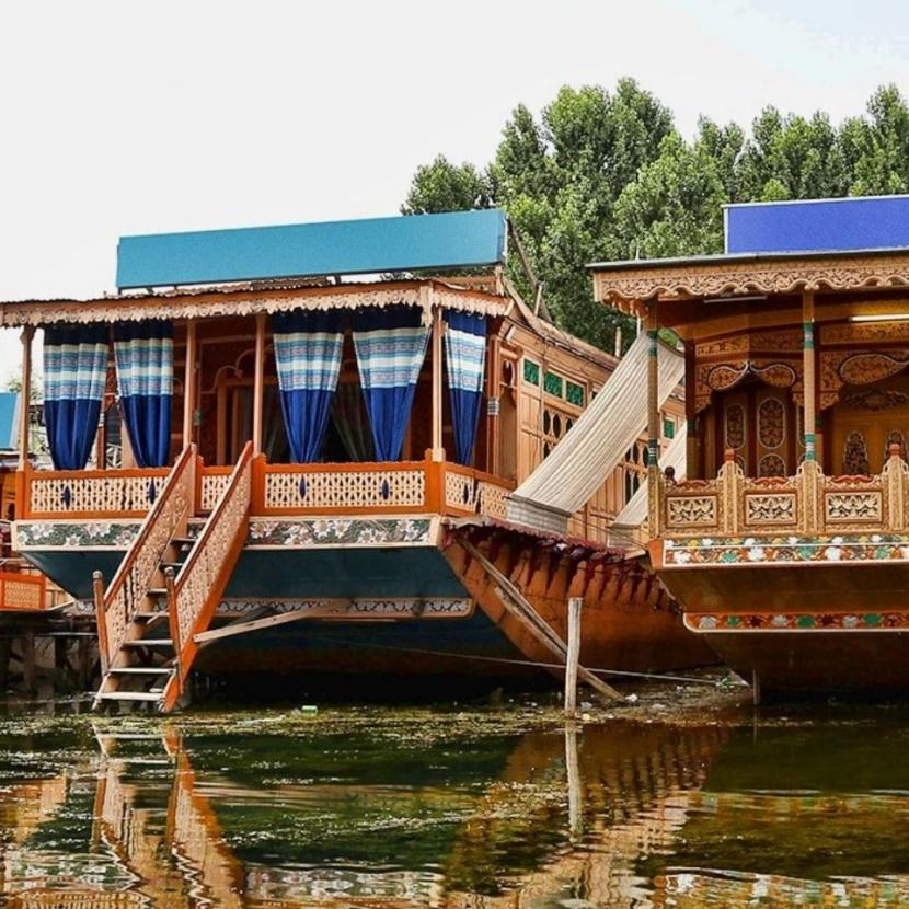 Realize Your Long Cherished Dream of Houseboat Stay with Family in Dal Lake