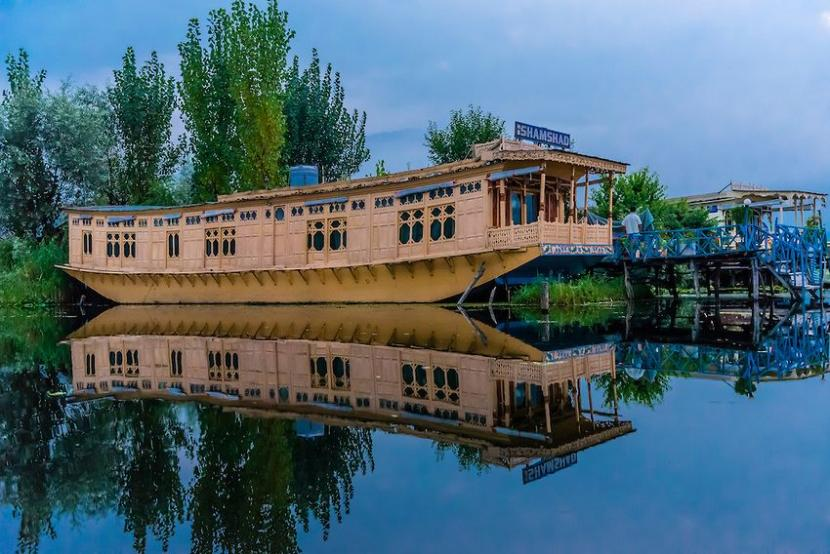 Where Are Houseboats Found in Kashmir?